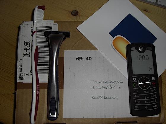 Motorola-Handy, Zahnbürste und Rasierer